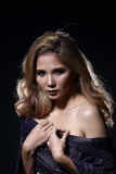 Asiatische blonde Welle Haar-Frau, offene Schultern des Porträts mit purpl Lizenzfreies Stockfoto