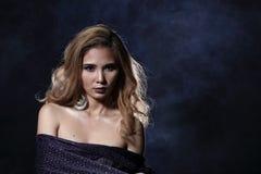 Asiatische blonde Welle Haar-Frau, offene Schultern des Porträts mit purpl Stockbild