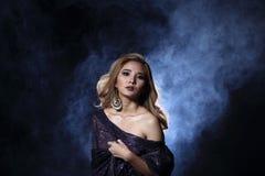 Asiatische blonde Welle Haar-Frau, offene Schultern des Porträts mit purpl Lizenzfreie Stockbilder