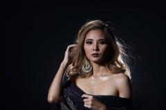 Asiatische blonde Welle Haar-Frau, offene Schultern des Porträts mit purpl Stockbilder