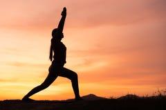 Asiatische ?bung der jungen Frau und Praxisyoga im Sonnenuntergang entspannt sich Naturhintergrund lizenzfreies stockfoto