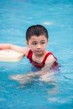 Asiatische Chinese-Little Boy-Schwimmen mit sich hin- und herbewegendem Brett Stockbild
