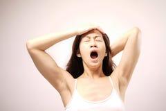 Asiatische chinesische Dame, die nachdem dem Aufwachen gähnt Lizenzfreie Stockfotos