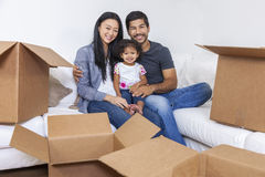 Asiatische chinesische Familie, welche die Kästen bewegen Haus auspackt Lizenzfreies Stockfoto