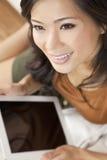 Asiatische chinesische Frau, die Tablette-Computer verwendet Stockfoto