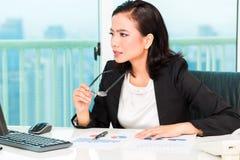 Asiatische chinesische Geschäftsfrau im Büro Stockfoto