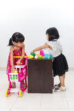 Asiatische chinesische kleine Schwestern, die Kunden- und Kassiereresprit vortäuschen Lizenzfreie Stockfotos