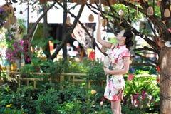 Asiatische chinesische Mädchen trägt cheongsam genießen Freizeit in der alten Stadt Stockbild