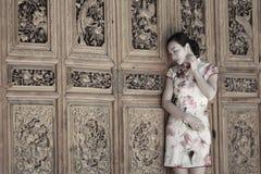 Asiatische chinesische Mädchen trägt cheongsam genießen Freizeit in der alten Stadt Lizenzfreies Stockbild