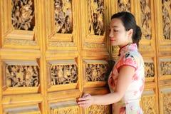 Asiatische chinesische Mädchen trägt cheongsam genießen Freizeit in der alten Stadt Lizenzfreie Stockfotografie