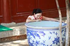 Asiatische chinesische Mädchen trägt cheongsam genießen Freizeit in der alten Stadt Lizenzfreie Stockfotos