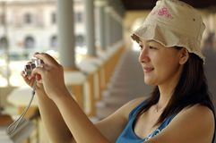 Asiatische Dame With Camera Lizenzfreie Stockfotografie