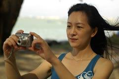 Asiatische Dame With Camera Lizenzfreie Stockbilder