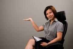Asiatische Dame in der Geschäftskleidung Lizenzfreies Stockfoto