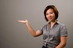 Asiatische Dame in der Geschäftskleidung lizenzfreie stockfotografie