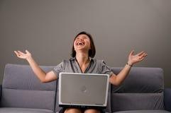 Asiatische Dame in der Geschäftskleidung, unter Verwendung eines Computers Lizenzfreies Stockbild