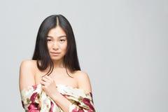 Asiatische Dame der Mode im Kleid im Studio Lizenzfreies Stockbild