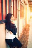 Asiatische Dame, die am Telefon spricht stockfotografie