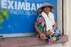 Asiatische Dame, die am Windowsill sitzt Stockfoto