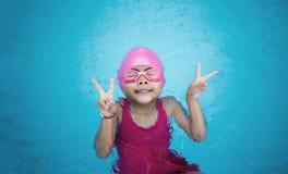 Asiatische Dame glücklich zum Schwimmen mit Welle des Wasserpools stockfotografie