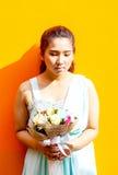 Asiatische Dame im Kleiderreihen-Griffblumenstrauß stockbild