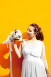 Asiatische Dame im Kleiderreihen-Griffblumenstrauß stockfotos