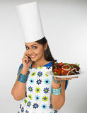 Asiatische Dame mit ihrer Platte des gebackenen Huhns Stockfotos