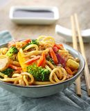 Asiatische Eiernudeln mit Gemüse und Fleisch Stockfoto