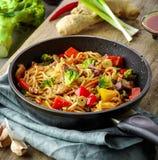 Asiatische Eiernudeln mit Gemüse und Fleisch Stockbild