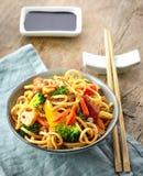 Asiatische Eiernudeln mit Gemüse und Fleisch Stockfotografie