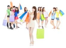 Asiatische Einkaufsfrauengruppe, die Farbtaschen hält Lokalisiert auf Weiß Lizenzfreie Stockfotografie
