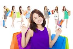 Asiatische Einkaufsfrauengruppe, die Farbtaschen hält Lokalisiert auf Weiß Lizenzfreie Stockbilder