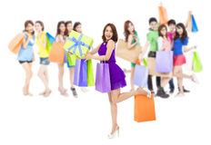 Asiatische Einkaufsfrauengruppe, die Farbtaschen hält Lokalisiert auf Weiß Stockfotos