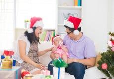 Asiatische Eltern, die Weihnachten feiern Stockfotos