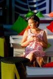 Asiatische erwachsene Frau allein mit traurigem Ausdruck Lizenzfreie Stockbilder