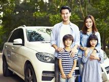 Asiatische Familie auf einer Reise lizenzfreie stockbilder