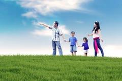 Asiatische Familie, die den Spaß im Freien hat Stockfotos