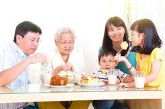 Asiatische Familie, die frühstückt Stockbilder