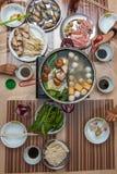 Asiatische Familie, die heißen Topf isst Lizenzfreies Stockfoto