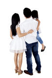 Asiatische Familie, die im Studio steht lizenzfreies stockfoto
