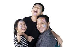 Asiatische Familie, die mit Zeichenstiften auf Studio spielt lizenzfreies stockbild