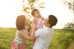 Asiatische Familie, die am Park spielt Lizenzfreies Stockbild