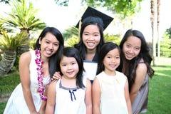 Asiatische Familie, die Staffelung feiert Stockbild