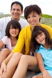 Asiatische Familie, die am Strand lacht und spielt Stockbild