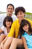 Asiatische Familie, die am Strand lacht und spielt Stockfotos