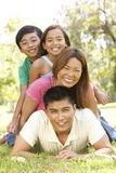 Asiatische Familie, die Tag im Park genießt Stockfotografie