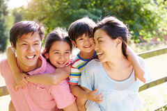 Asiatische Familie, die Weg in der Sommer-Landschaft genießt Stockbild