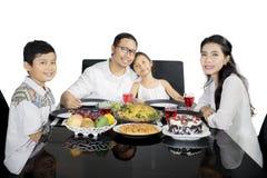 Asiatische Familie, die zusammen auf Studio zu Abend isst stockbilder