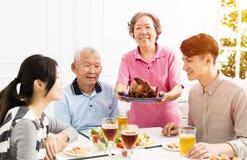 Asiatische Familie, die zusammen zu Abend isst Lizenzfreie Stockfotos