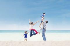 Asiatische Familie genießen Zeit am Strand lizenzfreie stockfotografie